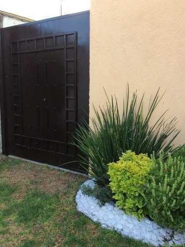 - 2 niveles- patio para 1 auto- jardin frontal- sala - co