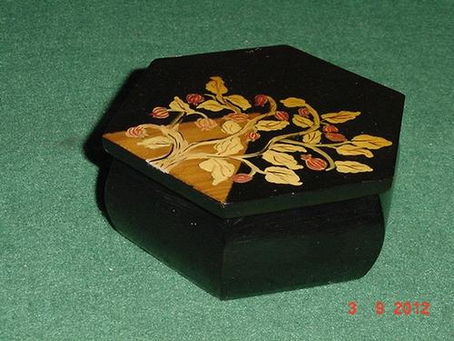 * antiga caixa em madeira decorada e laqueada - 11cm x 5cm *