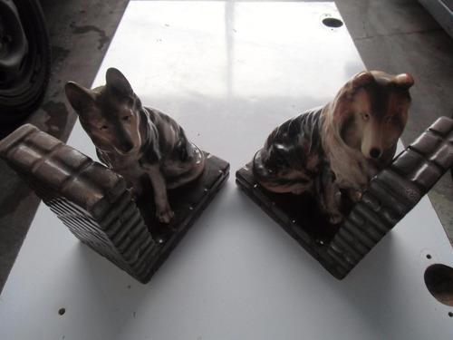 * dos perros en dos sujetalibros. cerámica.