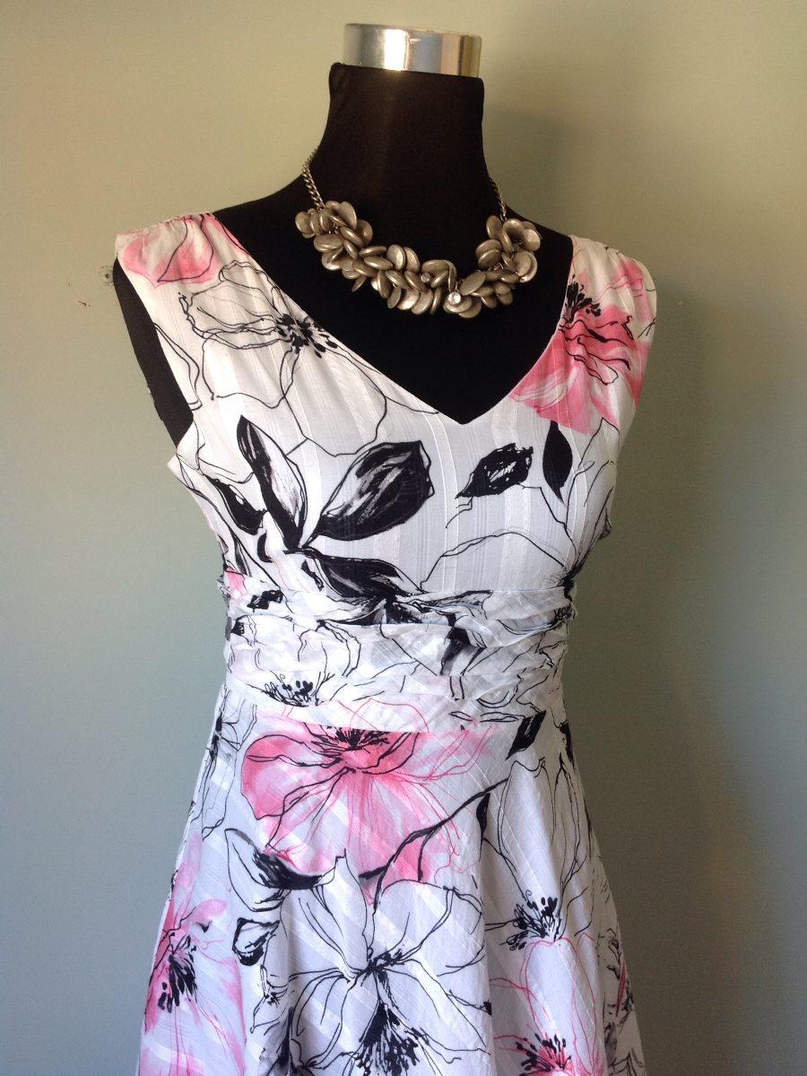 Como combinar un vestido blanco con flores