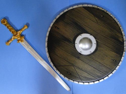 01 escudo e  01 espada dourada  pirata medieval jack sparrow