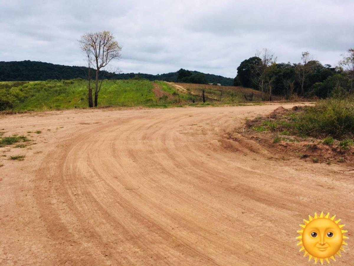 01- lotes demarcados com  poço e estradas cascalhadas