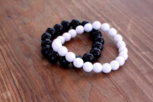 02 pulseiras masculina bolinhas preta e branca