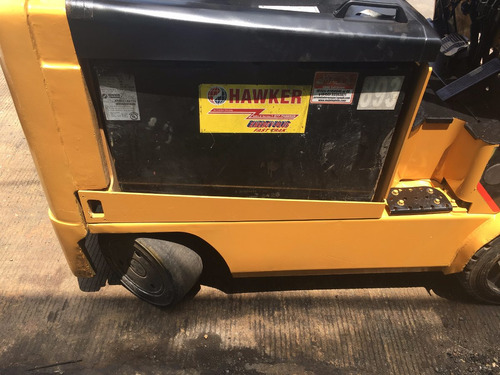 #06 montacargas eléctrico caterpillar con batería y cargador