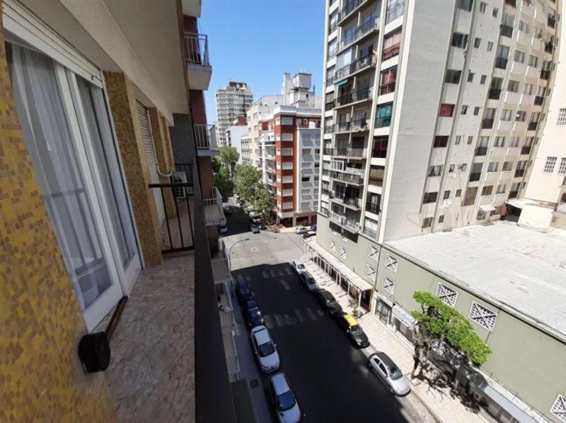 1 ambiente a la calle con balcón saliente