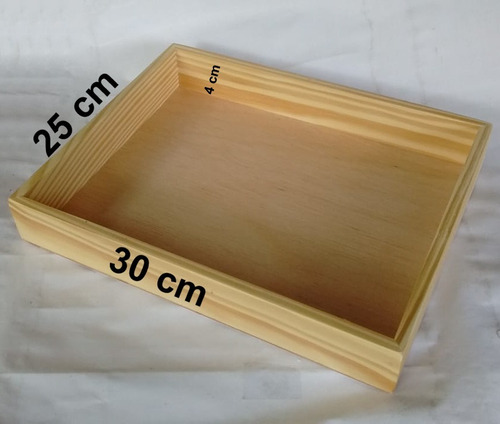1 bandeja de madeira pinus com verniz fosco 30 x 25 cm