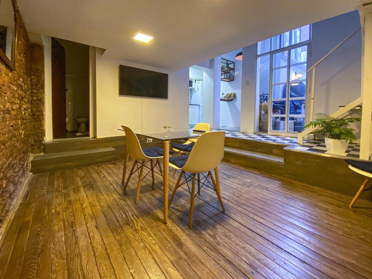 1 dormitorio de pasillo con patio