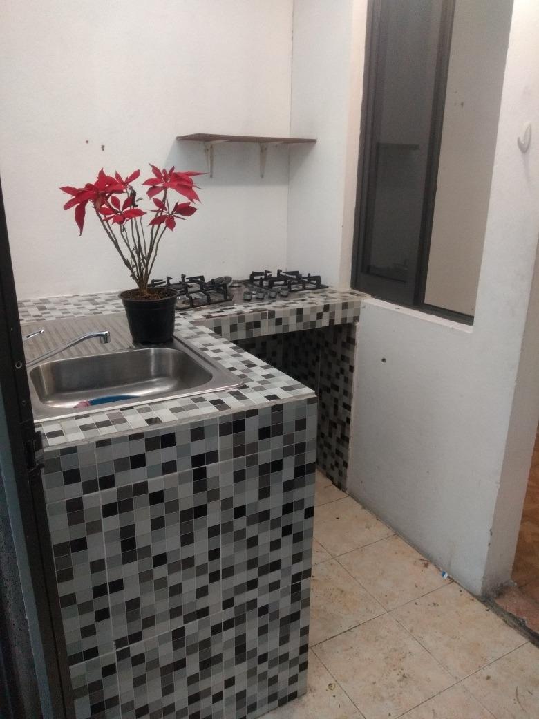 1 recamara, 1 baño, cocina, balcón, y cuarto de lavado