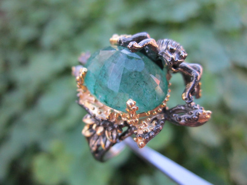 10% anillo con esmeralda y avispa en plata oro