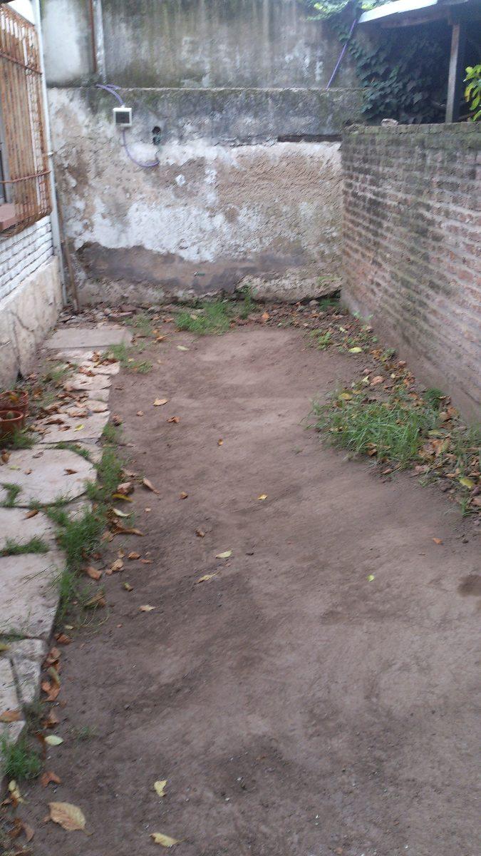 1153-ph a reciclar, castelar céntrico, con jardín.