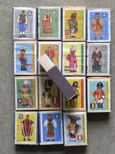 16 cajas de fosforos con trajes tipicos de 16 paises