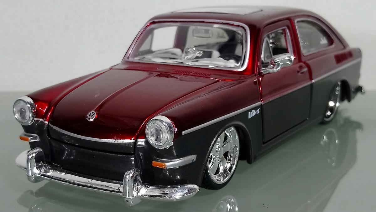 1967 Volkswagen 1600 Fastback Vino/gris 1:24 Marca Maisto