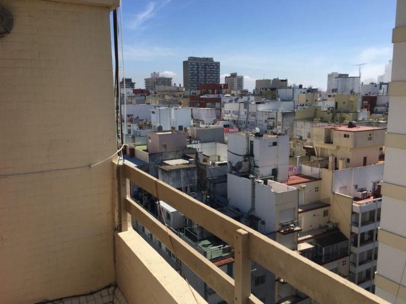 2 ambienes a la calle con balcón saliente