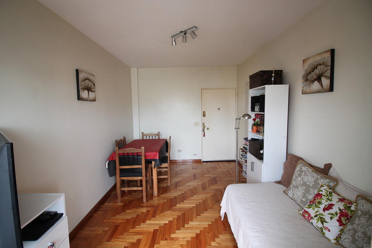 2 ambientes con balcon, hecho a nuevo, piso alto!