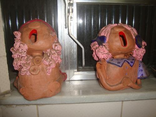 2 bonecas ceramica barro escultura com danos