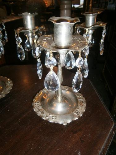2 candelabros de platina de 3 luces cada uno con cristales.