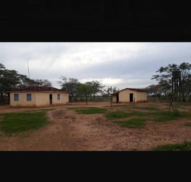 2 casas cada uma com 3 quartos e 1 banheiro
