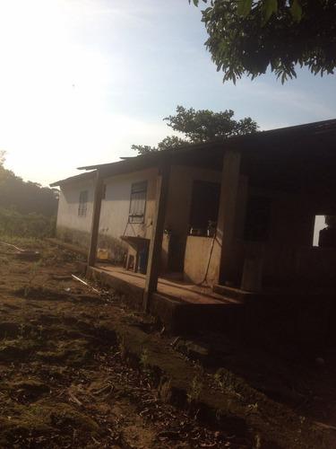 2 casas com 3 qtos, sala, cozinha, banheiro e ampla varanda