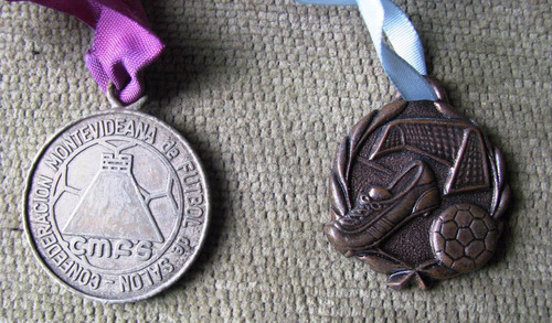 2 medallas de futbol de salon año 1999