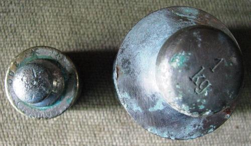 2 pesas antiguas para balanza de 1 kilo y de 200 gramos