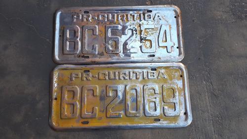 2 placas antigas amarelas de carro