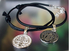 dad3b85d4381 2 Pulseras Medalla San Benito En Plata Ley.925 Ajustable