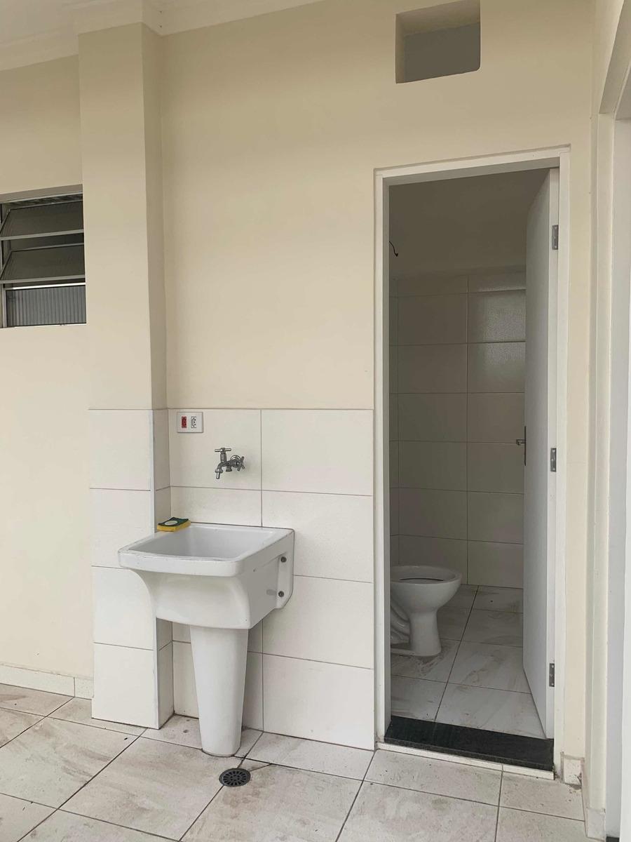 2 quartos na área social, com 1 suíte, e 1 quarto de serviço