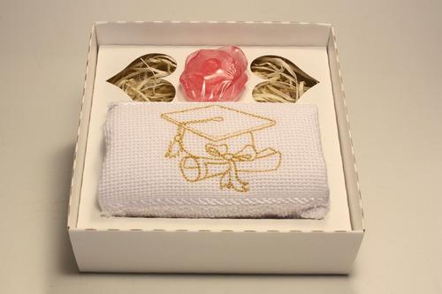 20 lembrancinhas de formatura com toalha bordada e sabonete