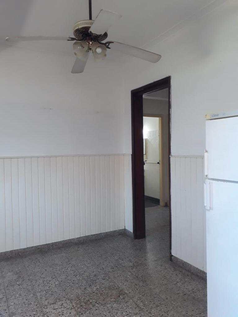 21 entre 494 y 495 .casa con tres habitaciones a reciclar, gonnet.-