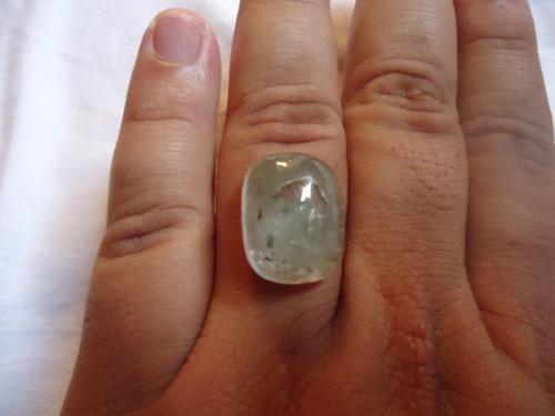 23 qlts de uma pedra de quartzo com lodo no seu interio