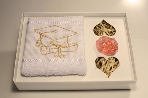 26 lembranças de formatura com toalha bordada e sabonete