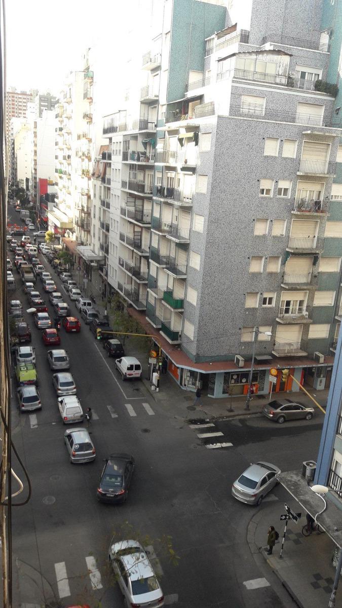 3 ambientes a la calle con balcon