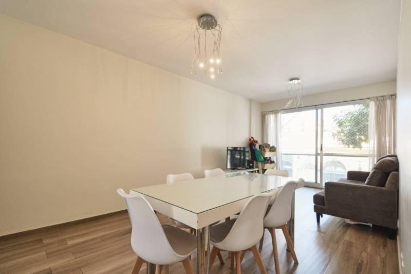 3 ambientes al frente con patio propio, cochera y amenities