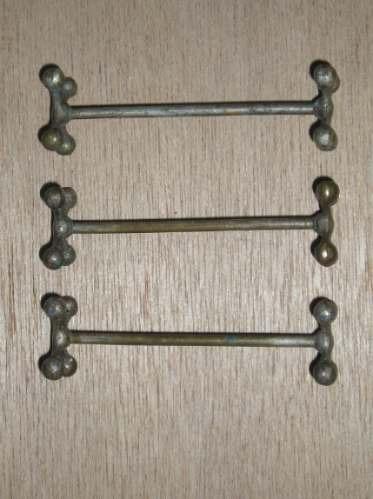 3 antiguos apoyacubiertos en metal