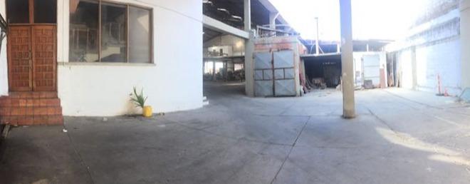 3 bodegas que suman 3.000 m2  con edificio de dos plantas