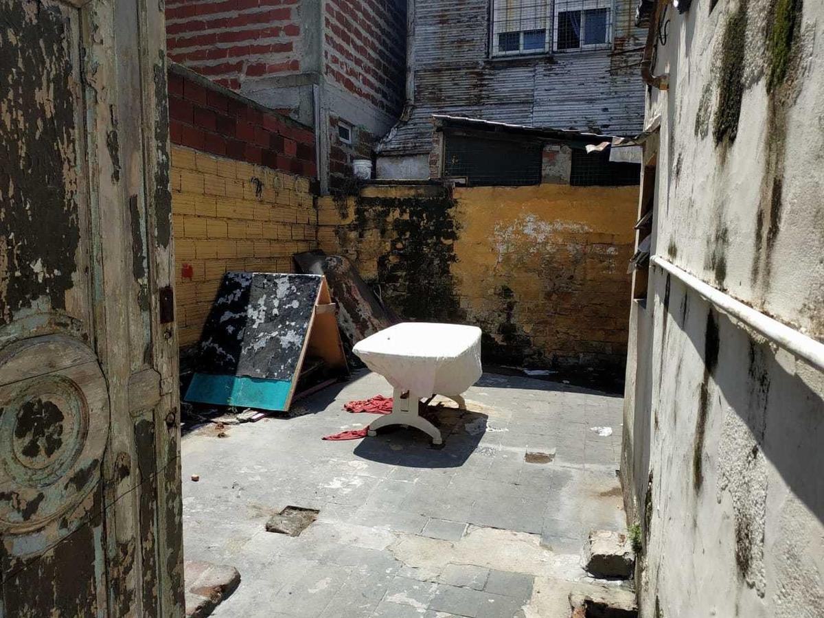 3 deptos t/ casa en block. con patio l. alem 1400