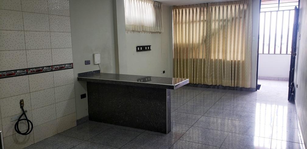 3 dormitorios, 1 baño compartido, sala, cocina y lavandería.