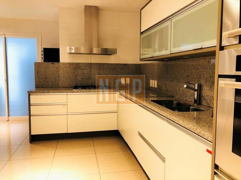 3 dormitorios, 3 baños, 3 suites, 1 toilette, living comedor, balcón, cocina, servicio sin baño, garaje, lavadero.- -ref:17238