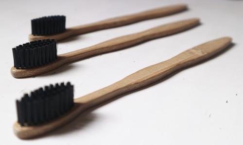3 escovas de bambu