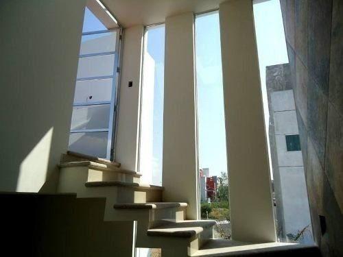 3 niveles, 3 recamaras, ppal con baño completo y vestidor, roof garden para 50 personas, increíble vista, estupendos acabados, vestidor, 4 baños 2 completos, sala y comedor, jacuzzi, cocina integral,