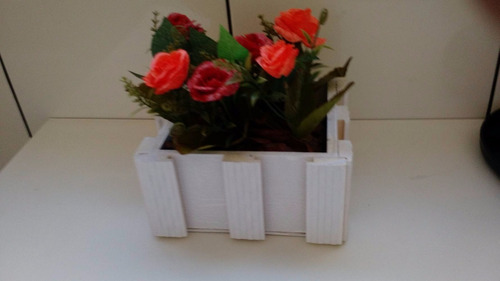 3 vasos branco com flores artificiais