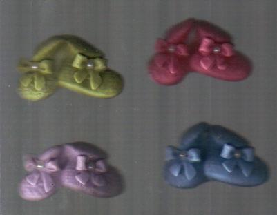 30 lembrancinhas  sapatinho de bebê  em biscuit  imã