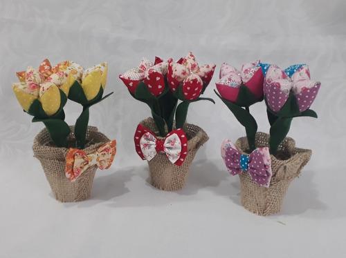 35 vasinho com 3 tulipa abertas em tecido e com juta e laço