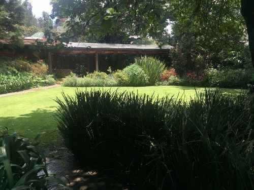 5 recámaras, con bellos jardines y seguridad.