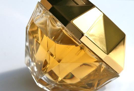 perfume de mujer con forma de diamante