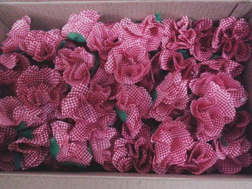 50 forminhas de doces em tecido xadrez.