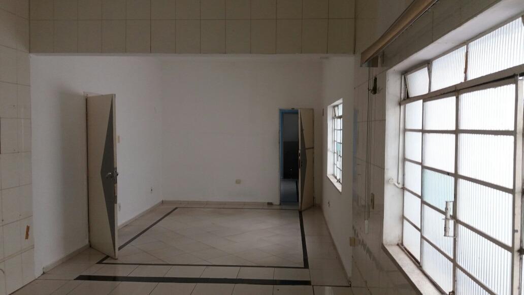 6 salas, 2 banheiros internos, 2 banheiros externos, área ex