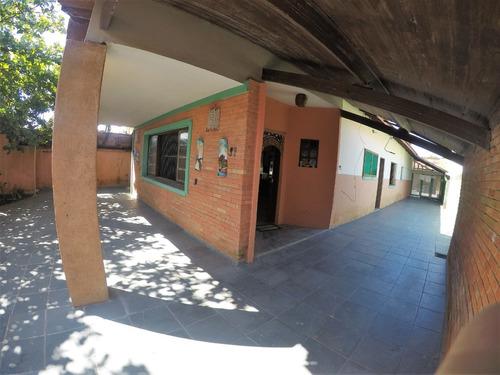 621-casa á venda 200 m² , 6 dormitórios sendo 2 suíte.