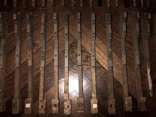 81 piezas antiguas de mecanismo de piano