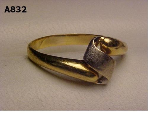 #832a - anel em ouro 18k amarelo c detalhes ouro branco